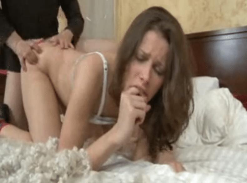 Sodomie douloureuse d'une jeune Brunette accro à la bite