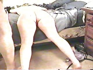 Georgette allongée sur son lit prend une bite dans son cul