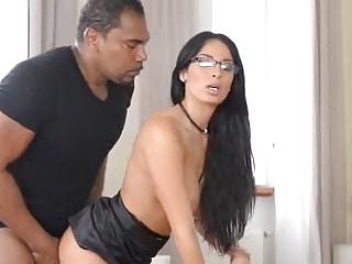 Un grand père black sodomise une jeune brunette aux gros seins